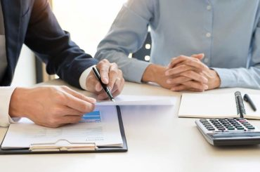 conseiller et cliente assis à un bureau