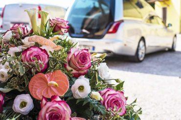 fleurs et véhicule mortuaire aménagé pour transport défunt