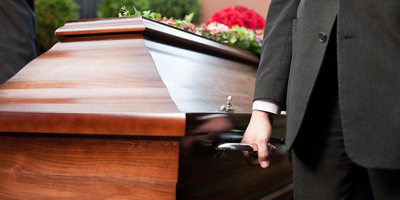 porteurs transportent le cercueil aux obsèques entreprise funéraire