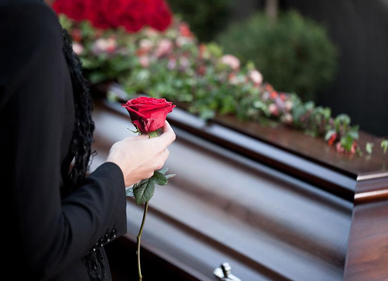 déposer une fleur sur le cercueil aux obsèques temps de recueillement
